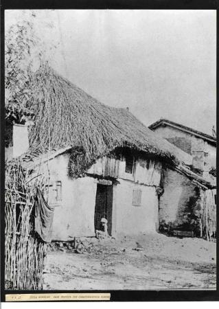 Casa rustica con caratteristica copert[ura]