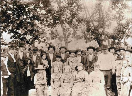 """Famiglia Gregorin """"Barela"""" con paesani nel campo di bocce dell'osteria """"Ai due leoni"""" di sua proprietà"""