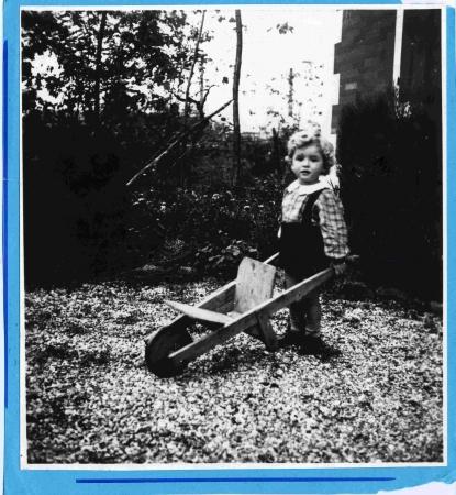 [Bambino con carriola di legno]