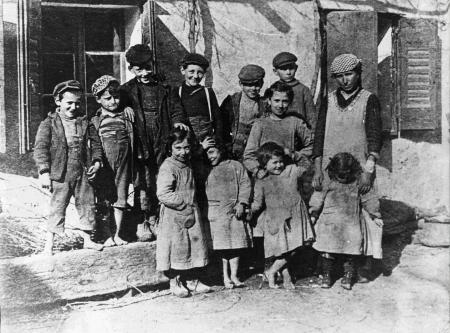 Gruppo di famiglia Colobig e bambini del paese