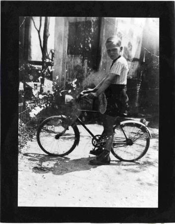 [Bambino con bicicletta]