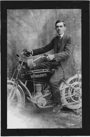 [Ritratto su motocicletta Wanderer]