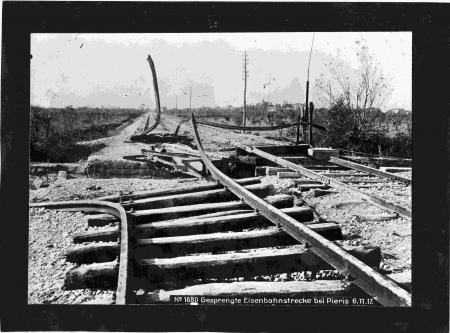 Gesprengte Eisenbahnstrecke bei Pieris, 6.11.17